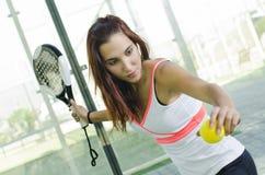 妇女准备好桨网球服务 库存图片