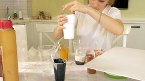 妇女准备并且绘画的可变的艺术的图片油漆 股票录像