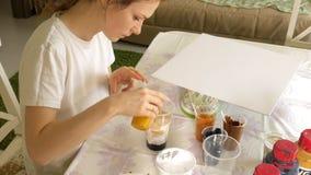妇女准备并且绘画的可变的艺术的图片油漆 股票视频