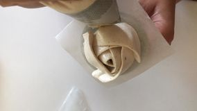 妇女准备白色蛋白软糖玫瑰 在立场丁香和酥皮点心袋子帮助下 o r 股票录像