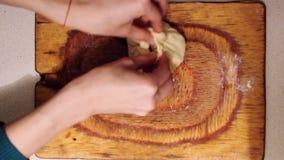 妇女准备vak belyash -全国自创肉馅饼 传统俄国肉馅饼belyashi 在a的belyashes在木头 影视素材