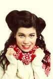 妇女减速火箭的发型温暖的衣物冬天时尚 库存照片