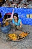 妇女出售干鱼 免版税图库摄影