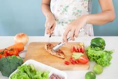 妇女切口烤了沙拉、健康生活和食物的鸡 图库摄影