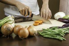 妇女切口菜 免版税库存图片