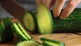 妇女切口黄瓜和烹调三文鱼鱼用米和黄瓜 股票视频