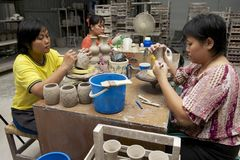 妇女切开了传统纹身花刺动机装饰在白陶土,古晋,马来西亚 免版税库存图片