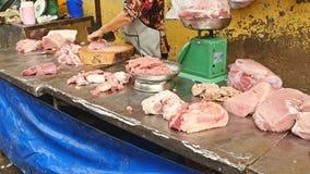 妇女切开了在西贡街道上的生肉 免版税库存图片