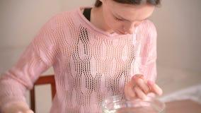 妇女切开表皮与剪和少年 做修指甲  在桌上的修指甲工具 影视素材