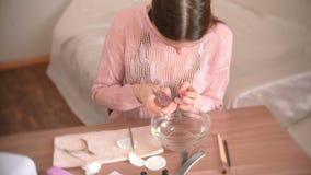 妇女切开表皮与剪 做修指甲  影视素材