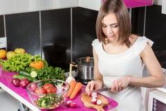 妇女切沙拉的萝卜 免版税库存照片