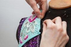 妇女创造专属衣裳 免版税图库摄影