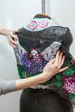 妇女创造专属衣裳 免版税库存图片