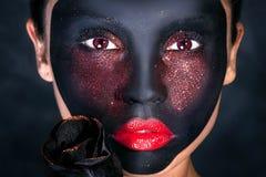 妇女创造性的画象有黑面具的 库存照片