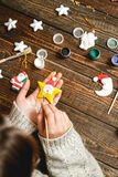 妇女创造时髦的圣诞节礼物 免版税库存照片