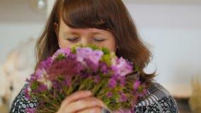 妇女判断花和笑 影视素材