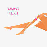 妇女刮她的腿 免版税库存图片