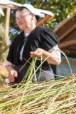妇女制造业绳索用古板的方式 免版税图库摄影