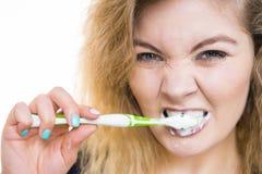妇女刷子清理牙 免版税库存照片