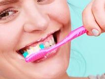妇女刷子清理牙 免版税库存图片