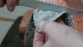 妇女削皮鱼 影视素材