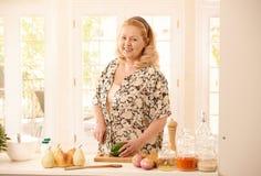 妇女剪切蔬菜 免版税图库摄影