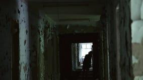 妇女剪影在一个被放弃的被毁坏的大厦里面的 半被破坏的大厦在少数民族居住区 几乎崩溃和破坏 股票视频