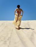 妇女剪影在沙漠 库存照片