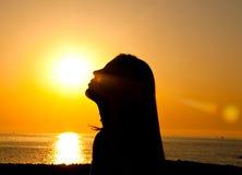 妇女剪影在阳光下 免版税库存照片