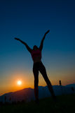 妇女剪影日落的 图库摄影