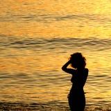 妇女剪影海上的 免版税库存照片