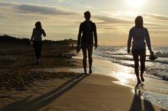 妇女剪影海滩的 免版税库存照片