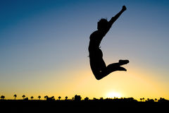妇女剪影跳跃 免版税图库摄影
