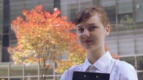 妇女办公室工作者对照相机微笑 股票录像