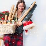 妇女包装圣诞节礼物盒葡萄酒纸 库存图片