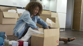 妇女包装盒准备好议院移动 股票视频
