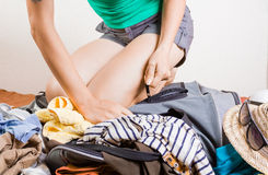 妇女包装被过度充填的旅行袋子 免版税图库摄影