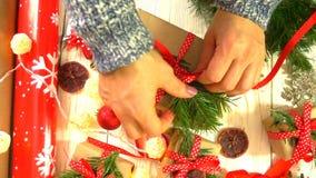 妇女包裹在桌上的圣诞礼物的概念为新年和圣诞节假日做准备 影视素材