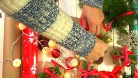 妇女包裹在桌上的圣诞礼物的概念为新年和圣诞节假日做准备 股票录像