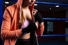 妇女包裹有黑拳击套的手 坚强的女孩韩 库存图片