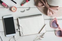 妇女化妆用品和时尚项目与巧妙的电话 免版税库存图片