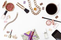 妇女化妆用品和辅助部件、笔、信封、无奶咖啡和一个手机在白色背景 库存图片