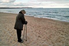 妇女北欧走在海滩 免版税图库摄影