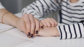 妇女医生抚摸女孩患者的手 医生镇定女孩在一个身体检查期间  股票视频