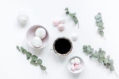 妇女午餐用蛋白软糖、咖啡和花柔光在白色桌背景舱内甲板位置 库存照片
