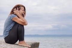 妇女单独和沮丧尖叫 图库摄影