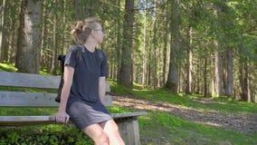 妇女单独坐长凳 股票视频