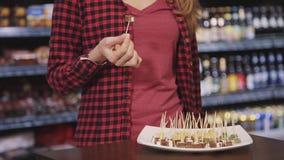 妇女单独走在超级市场和尝试的新的塔帕纤维布 影视素材