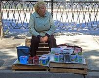 妇女卖不同的莓果室外在叶卡捷琳堡 免版税库存图片