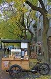 妇女卖咖啡室外在布拉索夫,斯洛伐克 库存图片
